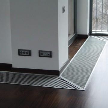 Poza Ventiloconvector de pardoseala RADOX RCF - exemplu de montaj la usi de balcon